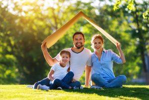 familie-mit-haus-hypo-help-baufinanzierung-immobilienfinanzierung